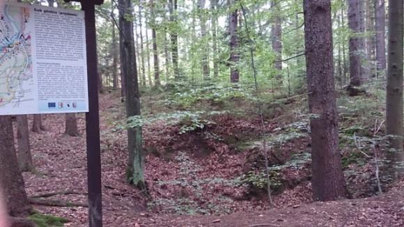 jeden z dawnych szybów górniczych w masywie Góry Parkowej
