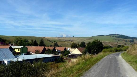 pejzaż wsi Ihlany i wyłaniające sie Tatry za wzniesieniem