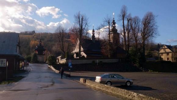 parking i kościół w Ochotnicy Dolnej