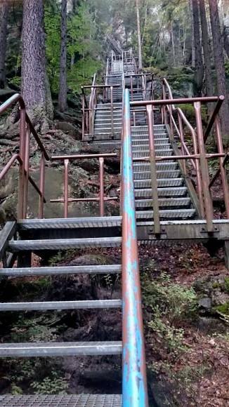 system metalowych schodków na zamek Střmen