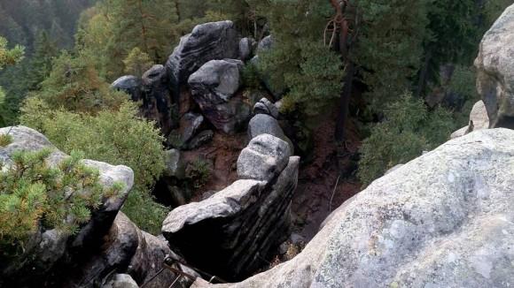 pozostałości zamku Střmen na skalnej platformie