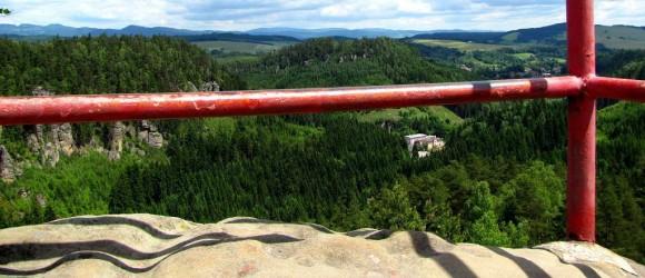 widok z platformy widokowej na ruinach zamku Střmen