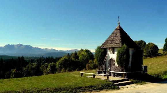 kapliczka na Przełęczy nad Łapszanką z widokiem na Tatry