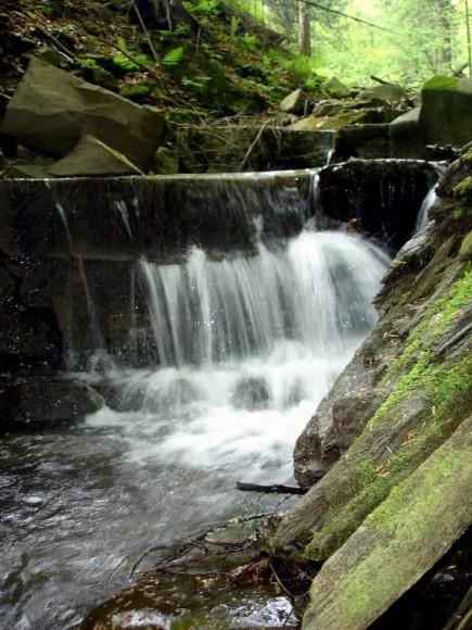 wodospad pod siedemdziesiąt siedem w dolnie Łomniczanki