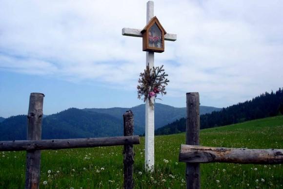 przydrożny krzyż w jednym z przysiółków Łomnicy-Zdroju