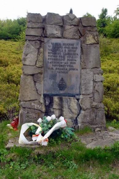 pomnik poświęcony partyzantom przy schronisku