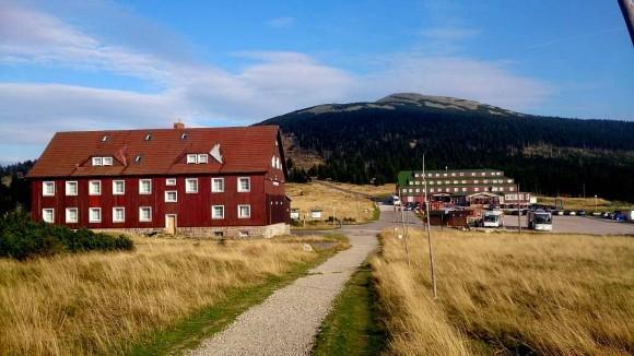 Szpindlerova Bouda z prawej i dawny budynek straży granicznej