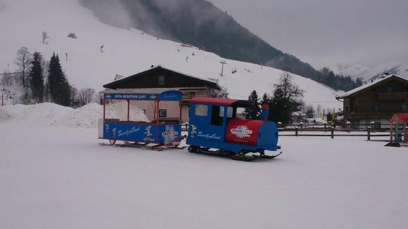 ciuchcia na stoku pod wyciągiem Unterschwarzachbahn
