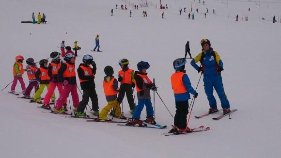 najmłodsi adepci narciarstwa na kursie jazdy