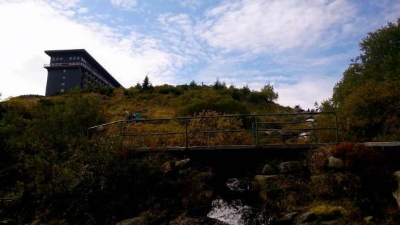olbrzymi gmach schroniska Łabska Bouda widoczny z podejścia doliną