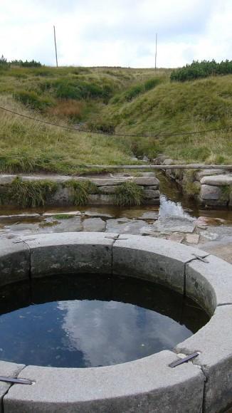 studzienka symbolizująca źródła Łaby