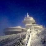 Śnieżka zdobywana w zimowej aurze