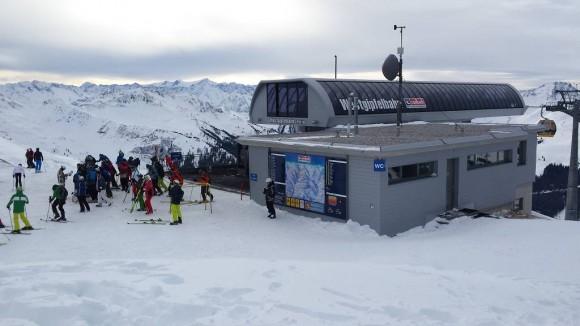 tłumy narciarzy przy górnej stacji kolejki Westgipfelbahn