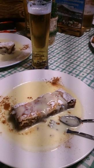 strudel jabłkowy z sosem waniliowym i miejscowe piwo