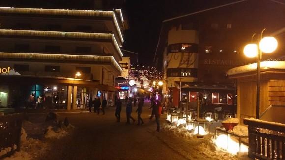 nocna sceneria w centrum Hinterglemm