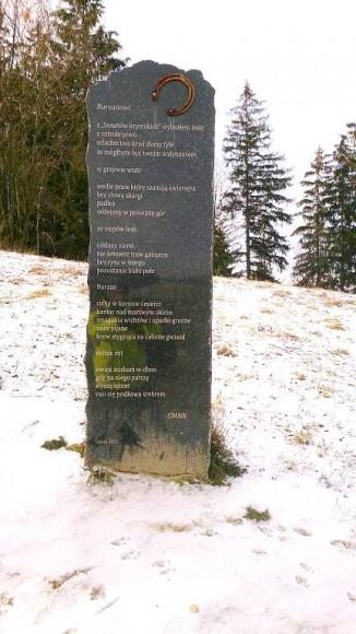 obelisk ku pamięci ukochanego konia przy szlaku