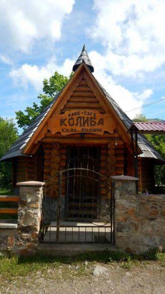 koliba w Kołaczawie, na końcu wsi, początek naszego szlaku
