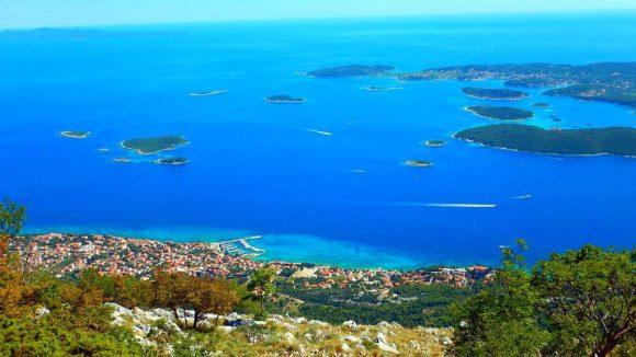 panorama na Orebić i okoliczne wyspy, z lewej Mljet, z prawej Korcula