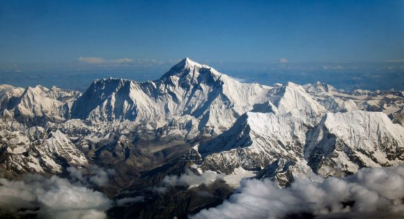 By Mount_Everest_as_seen_from_Drukair2.jpg: shrimpo1967derivative work: Papa Lima Whiskey 2 (talk) - Ten plik jest pochodną pracą  Mount Everest as seen from Drukair2.jpg:, CC BY-SA 2.0, https://commons.wikimedia.org/w/index.php?curid=18262217