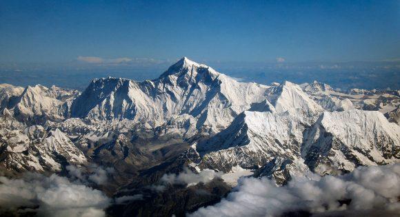 By Mount_Everest_as_seen_from_Drukair2.jpg: shrimpo1967derivative work: Papa Lima Whiskey 2 (talk) - Ten plik jest pochodną pracą Mount Everest as seen from Drukair2.jpg:, CC BY-SA 2.0, https://commons.wikimedia.org/w/index.php?curid=18262217