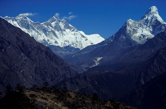 Everest i Ama Dablam by Dnor, wikipedia.org