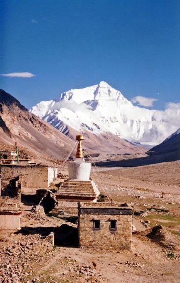 Mount Everest widziany z Rombok Gompa w Tybecie, by John Hill, wikipedia.org