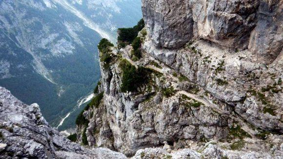 przepaściste miejsca na szlaku Tominskova Pot, w dole dolina Vrata