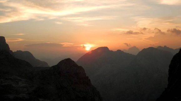zachód słońca w Alpach Julijskich widziany ze schroniska Stanicia