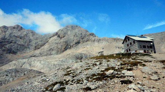 Dom Planika, Mały Triglav i Triglav widziany z doliny Velo Polje
