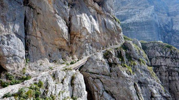 niesamowita sceneria drogi zejściowej z przełęczy Dolic
