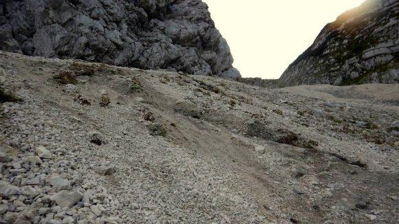 strome, piarżyste zejście z przełęczy Luknja