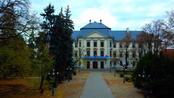 barokowo-rokokowy budynek Liceum Karola Eszterhazyego