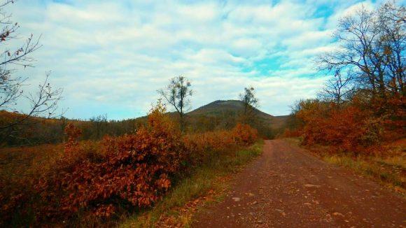 widok na Vilagos z zielonego szlaku z Gyöngyöstarján